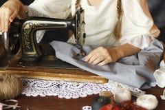 Ragazza alla macchina per cucire fotografie stock libere da diritti
