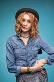 Ragazza alla moda adulta immagini stock libere da diritti