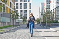 Ragazza alla moda che cammina in una nuova vicinanza Fotografia Stock Libera da Diritti