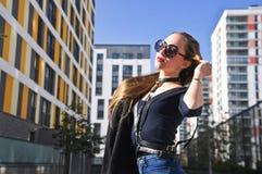 Ragazza alla moda che posa in cablaggio Fotografia Stock Libera da Diritti