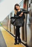 Ragazza alla moda che posa sul binario del treno in sottopassaggio di NYC Immagine Stock
