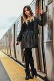 Ragazza alla moda che posa sul binario del treno in sottopassaggio di NYC Immagini Stock Libere da Diritti