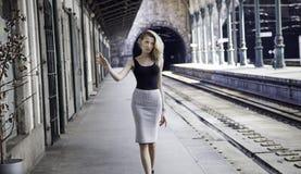 Ragazza alla moda che posa sulla ferrovia. Fotografia Stock