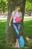 Ragazza alla moda che posa in un parco Fotografia Stock Libera da Diritti