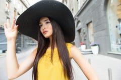 Ragazza alla moda che si rilassa nella città Immagine Stock