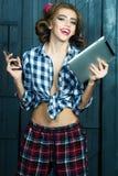 Ragazza alla moda con il computer portatile ed il telefono Fotografie Stock