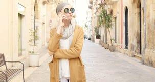 Ragazza alla moda con il telefono cellulare Fotografia Stock Libera da Diritti