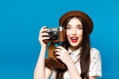 Ragazza alla moda con la macchina fotografica Priorità bassa per una scheda dell'invito o una congratulazione Fotografie Stock