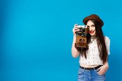 Ragazza alla moda con la macchina fotografica Priorità bassa per una scheda dell'invito o una congratulazione Estate Immagini Stock Libere da Diritti