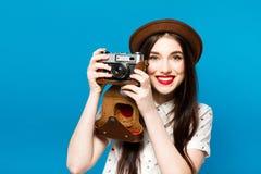 Ragazza alla moda con la macchina fotografica Priorità bassa per una scheda dell'invito o una congratulazione Giovani adulti Fotografie Stock