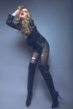 Ragazza alla moda con trucco luminoso, capelli sciolti dentro Fotografia Stock