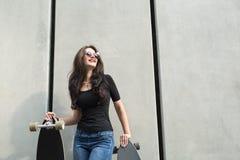 Ragazza alla moda dell'adolescente con due longboards Fotografie Stock Libere da Diritti