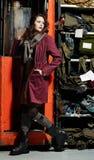 Ragazza alla moda e macchina funzionante Fotografie Stock