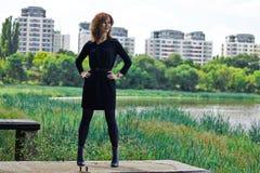 Ragazza alla moda nel lago Fotografie Stock