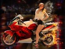 Ragazza alla moda sul motociclo rosso moderno Immagini Stock