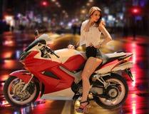 Ragazza alla moda sul motociclo rosso moderno Fotografia Stock Libera da Diritti