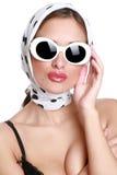 Ragazza alla moda in una sciarpa bianca fotografia stock libera da diritti