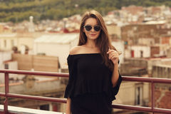 Ragazza alla moda in vestiti neri Immagine Stock