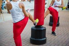 Ragazza alla palestra: Allenamento di pugilato con il punching ball rosso Fotografia Stock Libera da Diritti
