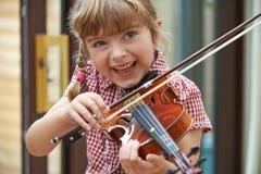 Ragazza alla scuola che impara giocare violino Fotografia Stock Libera da Diritti