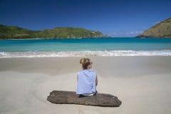 Ragazza alla spiaggia abbandonata Fotografia Stock Libera da Diritti
