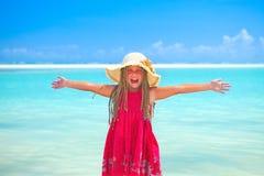 Ragazza alla spiaggia tropicale felice immagine stock