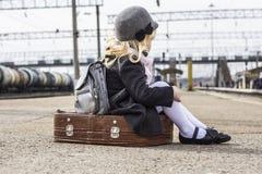 Ragazza alla stazione ferroviaria Fotografia Stock