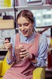 Ragazza allegra che prende le mini caramelle gommosa e molle dal vetro del cacao fotografie stock libere da diritti