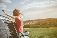 Ragazza allegra che si rilassa in auto sul prato Immagini Stock