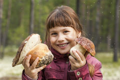 Ragazza allegra che tiene grande fungo bianco due Fotografia Stock Libera da Diritti