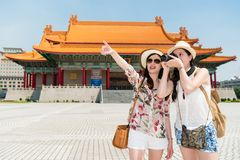 Ragazza allegra in Chiang Kai-shek Memorial Hall fotografia stock