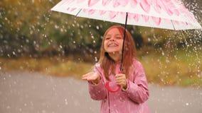 Ragazza allegra con l'ombrello sotto pioggia video d archivio