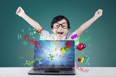 Ragazza allegra con la formula sul computer portatile Immagine Stock Libera da Diritti