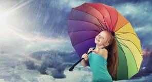 Ragazza allegra con un ombrello variopinto immagine stock libera da diritti