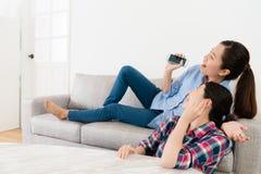 Ragazza allegra di bellezza che si riposa sullo strato del sofà Fotografie Stock Libere da Diritti