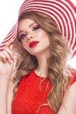 Ragazza allegra intelligente nel cappello di estate, nel trucco variopinto, in riccioli e nel manicure rosa Fronte di bellezza Fotografie Stock
