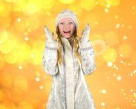 Ragazza allegra sorpresa della neve su un fondo del nuovo anno con le luci fotografie stock libere da diritti