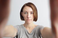 Ragazza allegra sorridente con le lentiggini che fanno selfie Allungamento del Th Fotografia Stock Libera da Diritti