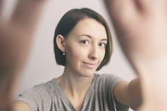 Ragazza allegra sorridente con le lentiggini che fanno selfie Allungamento del Th Fotografie Stock