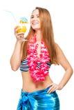 Ragazza allegra sul partito hawaiano con il cocktail su bianco Fotografia Stock Libera da Diritti
