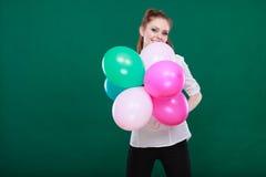 Ragazza allegra teenager che gioca con i palloni variopinti Fotografia Stock