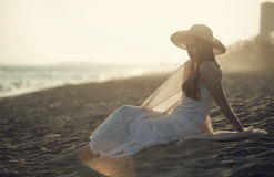 Ragazza allungata sulla sabbia della spiaggia Fotografia Stock