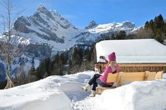 Ragazza in alpi svizzere Fotografie Stock