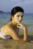 Ragazza alta in bikini alla spiaggia Fotografia Stock