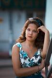 Ragazza americana della testarossa nei suglasses. Foto nello stile 60s. Immagine Stock
