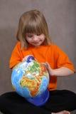 Ragazza andicappata graziosa con il globo Fotografia Stock Libera da Diritti