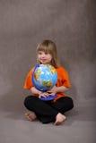 Ragazza andicappata sveglia con il globo Fotografie Stock