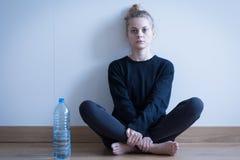 Ragazza anoressica che beve soltanto acqua Fotografia Stock