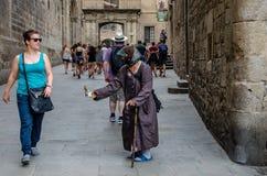 Ragazza anziana del mendicante nelle vie della città fotografia stock
