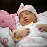 Ragazza appena nata addormentata Fotografia Stock Libera da Diritti